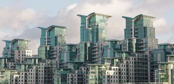 Residential-development-on-South-Bank-of-River-Thames-London-wpcki